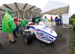 Last Tuesday (5/9) was the first day of Student Formula Japan (SFJ) competition. Recorded 98 teams from eight countries to register in Ecopa Stadium, Shizouka Perfecture, Japan. The teams that managed to escape immediately made preparations for the first event, namely Technical Inspection (TI). IT is an important event because the jury will conduct a direct inspection of the vehicle by checking the suitability of the vehicle with the specified regulation. Garuda UNY with FG-17 formula cars look nimble with